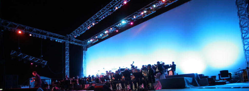 Photograph from HSBC Picnic In The Park 2007 - Deana Martin Live - lighting design by Paul Smith